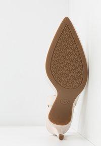 MICHAEL Michael Kors - LUCILLE FLEX SLING - Lodičky na vysokém podpatku - light cream - 6
