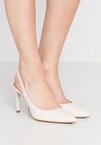 MICHAEL Michael Kors - LUCILLE FLEX SLING - Szpilki - light cream - 0