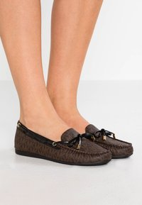 MICHAEL Michael Kors - SUTTON MOC - Mocassins - brown/black - 0