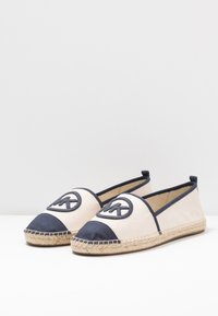 MICHAEL Michael Kors - EXCLUSIVE REY  - Espadrilky - light cream/navy - 2