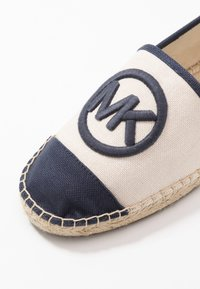 MICHAEL Michael Kors - EXCLUSIVE REY  - Espadrilky - light cream/navy - 5