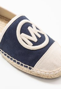 MICHAEL Michael Kors - EXCLUSIVE REY  - Espadrilky - navy/light cream - 2