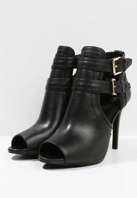 MICHAEL Michael Kors - Kotníková obuv na vysokém podpatku - black - 4