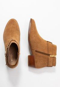 MICHAEL Michael Kors - HARLAND - Ankle Boot - amber - 4