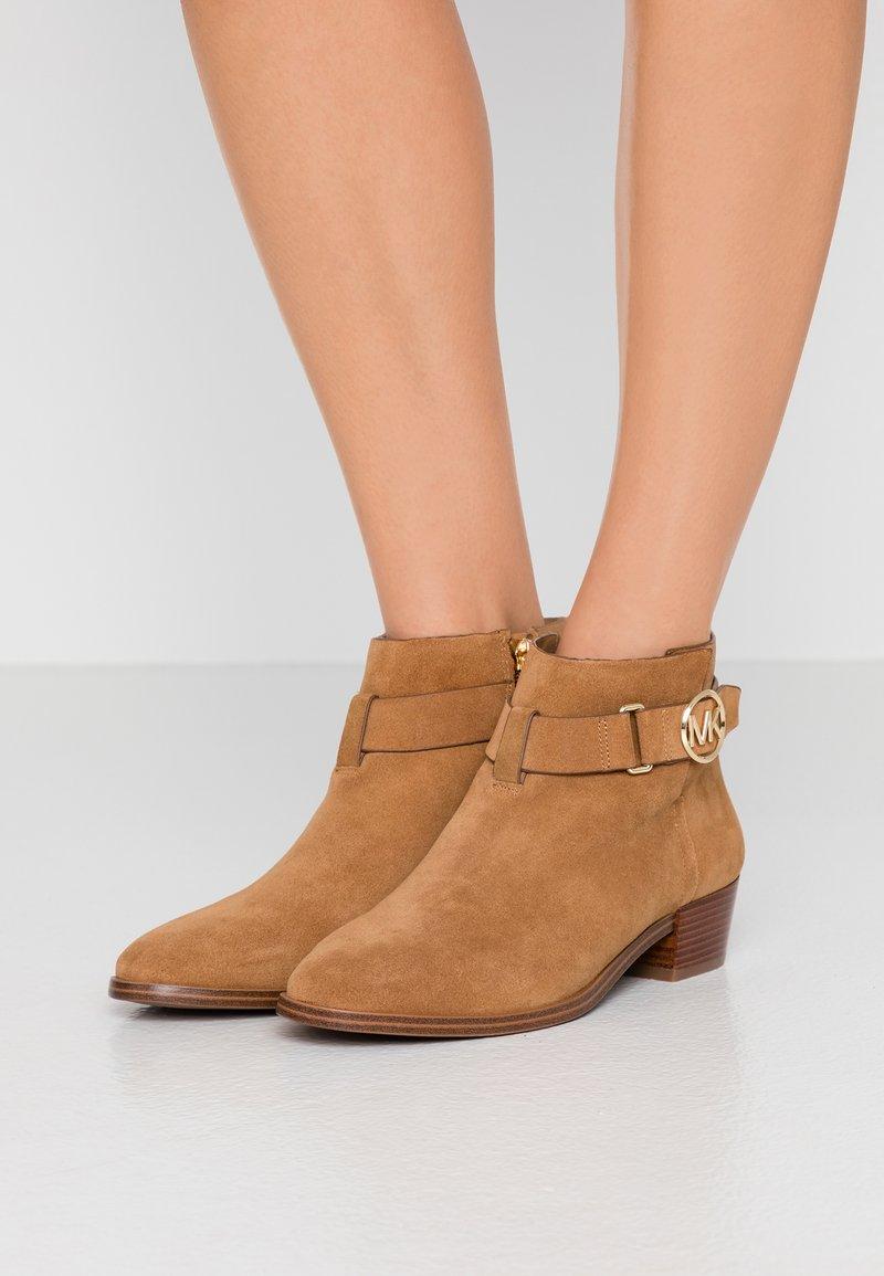 MICHAEL Michael Kors - HARLAND - Ankle Boot - amber