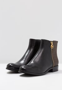 MICHAEL Michael Kors - JAYCIE FLAT BOOTIE - Bottines - black/brown - 4
