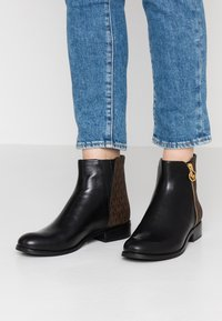 MICHAEL Michael Kors - JAYCIE FLAT BOOTIE - Bottines - black/brown - 0