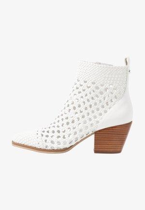 AUGUSTINE MID BOOTIE - Kotníková obuv - optic white