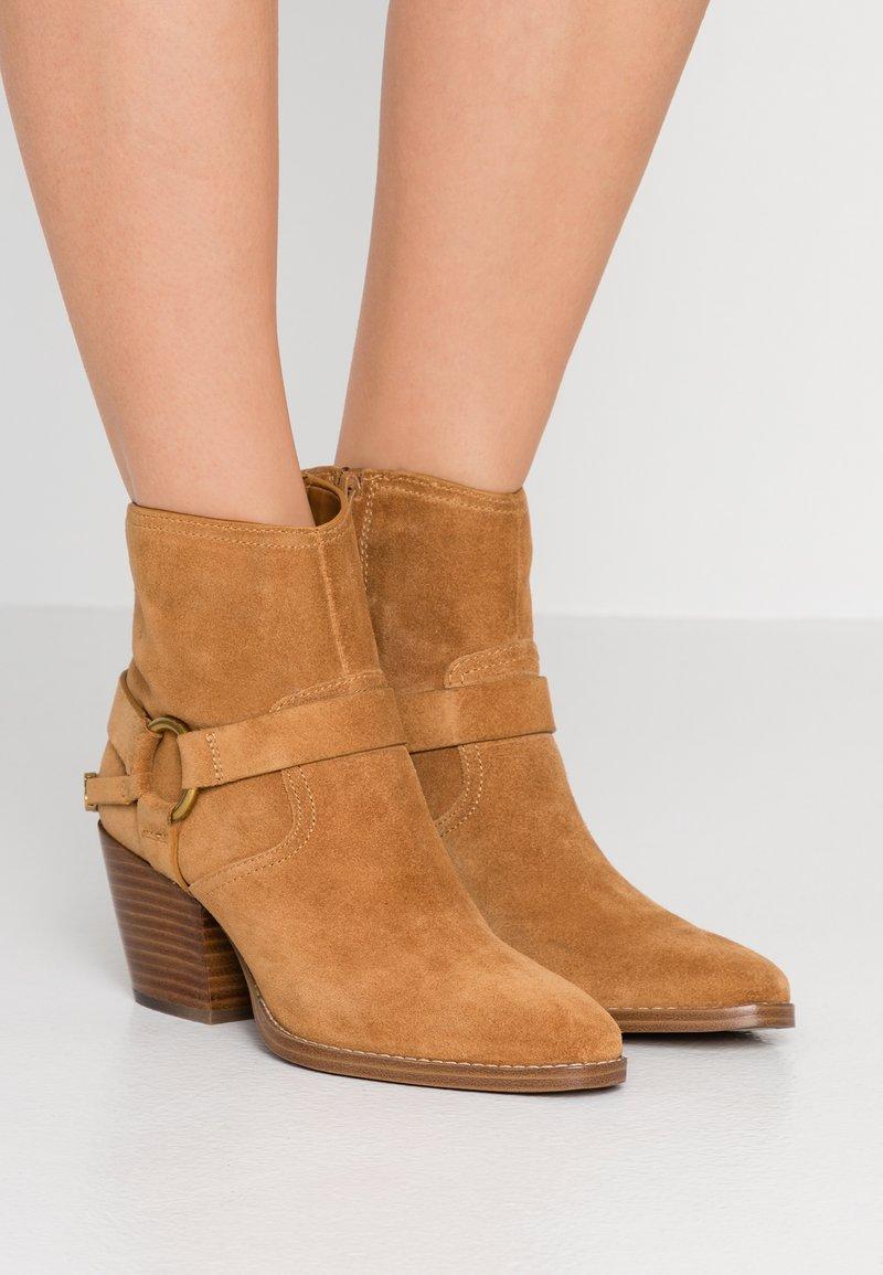 MICHAEL Michael Kors - GOLDIE BOOTIE - Ankle Boot - acorn