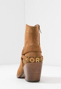 MICHAEL Michael Kors - GOLDIE BOOTIE - Ankelboots - acorn - 5