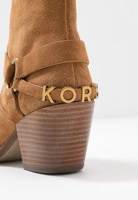 MICHAEL Michael Kors - GOLDIE BOOTIE - Ankelboots - acorn - 2