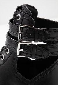 MICHAEL Michael Kors - BENSON BOOTIE - Botines con cordones - black - 2