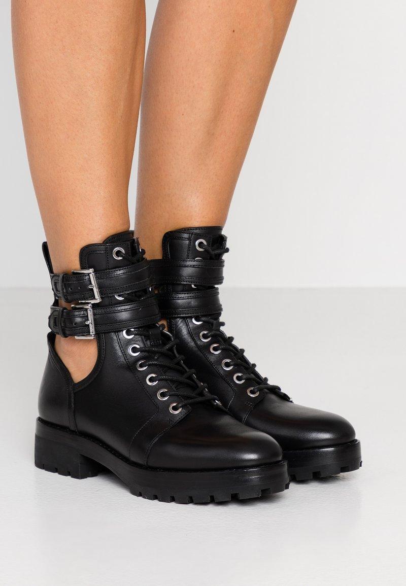 MICHAEL Michael Kors - BENSON BOOTIE - Botines con cordones - black