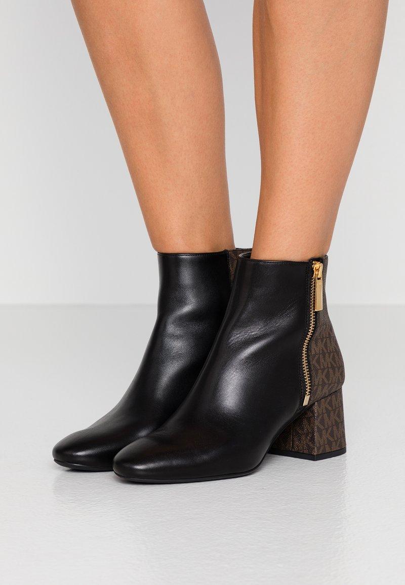 MICHAEL Michael Kors - ALANE FLEX BOOTIE - Ankle Boot - black/brown