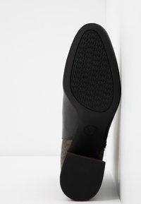 MICHAEL Michael Kors - ALANE FLEX BOOTIE - Botines bajos - black/brown - 5