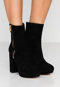 MICHAEL Michael Kors - FRENCHIE PLATFORM BOOTIE - Bottines à talons hauts - black - 0