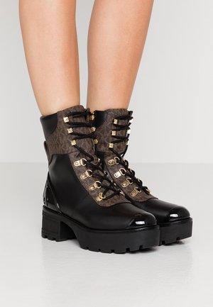 KHLOE LACE UP BOOTIE - Kotníkové boty na platformě - black/brown