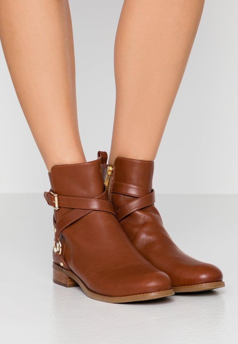 MICHAEL Michael Kors - PRESTON FLAT BOOTIE - Classic ankle boots - chestnut