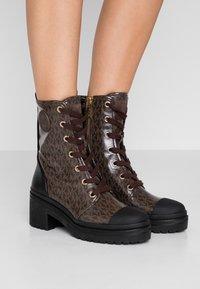 MICHAEL Michael Kors - COREY BOOTIE - Kotníkové boty na platformě - brown - 0