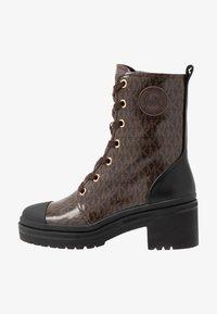MICHAEL Michael Kors - COREY BOOTIE - Kotníkové boty na platformě - brown - 1