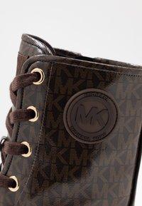 MICHAEL Michael Kors - COREY BOOTIE - Kotníkové boty na platformě - brown - 2