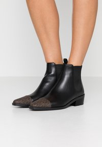 MICHAEL Michael Kors - LOTTIE TOE CAP BOOTIE - Kotníkové boty - black/brown - 0