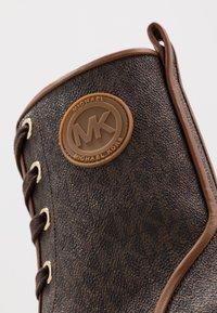 MICHAEL Michael Kors - COREY BOOTIE  - Platform-nilkkurit - brown - 2
