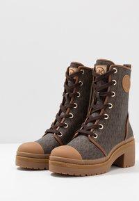 MICHAEL Michael Kors - COREY BOOTIE  - Kotníkové boty na platformě - brown - 4