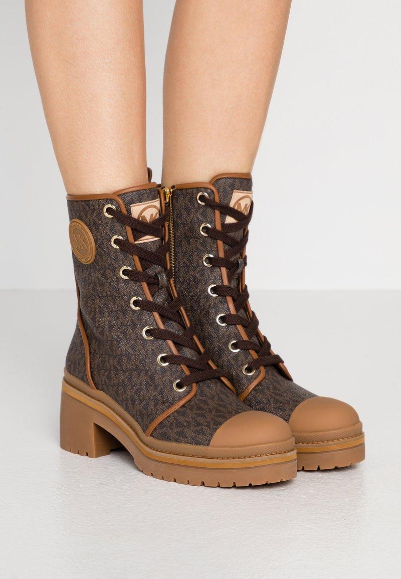 MICHAEL Michael Kors - COREY BOOTIE  - Kotníkové boty na platformě - brown