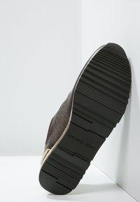 MICHAEL Michael Kors - ALLIE - Sneakers - brown - 5