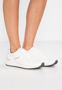 MICHAEL Michael Kors - ALLIE - Sneaker low - optic white - 0