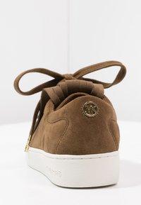 MICHAEL Michael Kors - KEATON KILTIE - Sneakers - dark caramel - 3