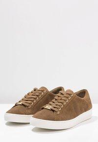 MICHAEL Michael Kors - KEATON KILTIE - Sneakers - dark caramel - 6