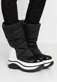 MICHAEL Michael Kors - GAMMA BOOTIE - Zimní obuv - black/optic white - 0