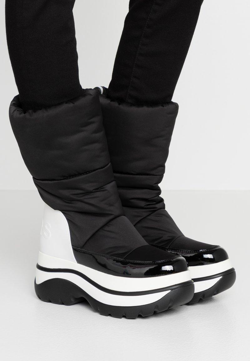 MICHAEL Michael Kors - GAMMA BOOTIE - Zimní obuv - black/optic white