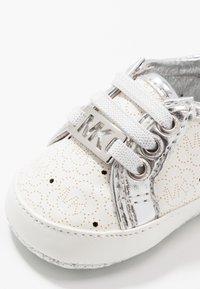 MICHAEL Michael Kors - ZIA BABY ALISON - Chaussons pour bébé - white - 2