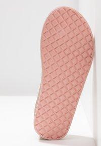 MICHAEL Michael Kors - ZIA GAGE KILEY - Sandály s odděleným palcem - rose gold - 5