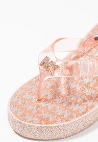 MICHAEL Michael Kors - ZIA GAGE KILEY - Sandály s odděleným palcem - rose gold - 2