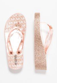 MICHAEL Michael Kors - ZIA GAGE KILEY - Sandály s odděleným palcem - rose gold - 0