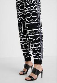 MICHAEL Michael Kors - LOGO TRACK PANT - Pantalones - black/white - 4