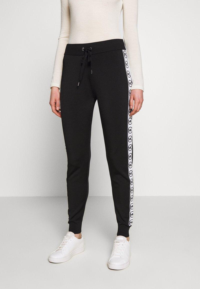 MICHAEL Michael Kors - CIRCLE LOGO  - Teplákové kalhoty - black/white