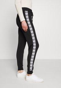 MICHAEL Michael Kors - CIRCLE LOGO  - Teplákové kalhoty - black/white - 4