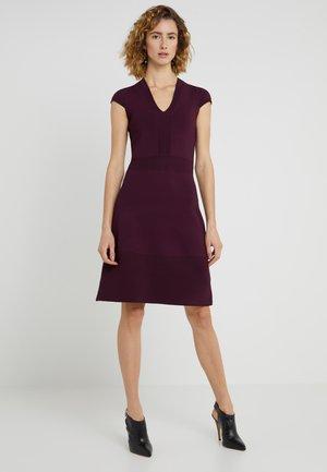 FLAR DRESS - Stickad klänning - cordovan