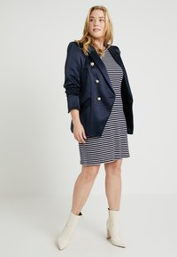 MICHAEL Michael Kors - PLUS STRIPED DRESS - Pletené šaty - true navy/white - 2