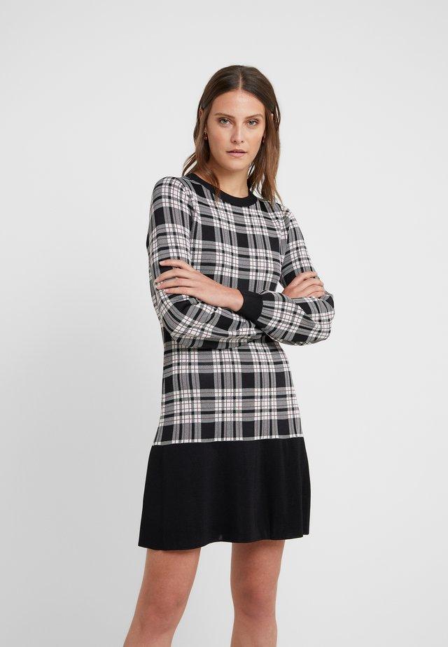 PLAID FLARE HEM DRESS - Stickad klänning - garnet