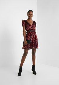 MICHAEL Michael Kors - BOLD BOW MIX DRESS - Koktejlové šaty/ šaty na párty - scarlet - 1