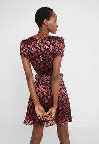 MICHAEL Michael Kors - BOLD BOW MIX DRESS - Koktejlové šaty/ šaty na párty - scarlet - 2