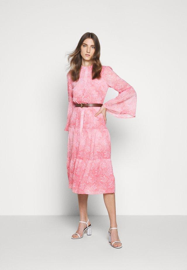 SUNBLCHED MIDI DRESS - Sukienka koszulowa - geranium