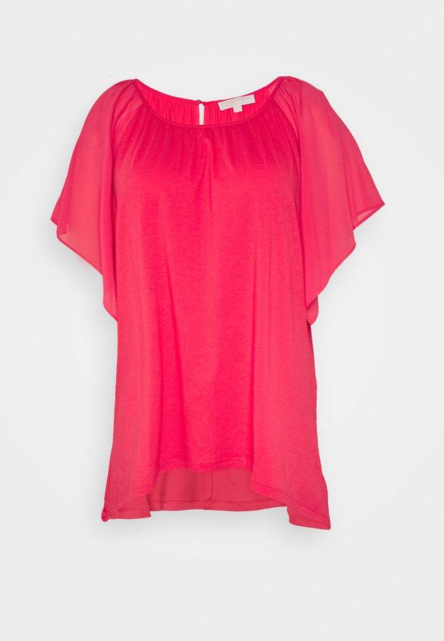 RUFFLED HANK - T-shirt med print - geranium