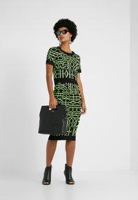 MICHAEL Michael Kors - PATTERN CREW - T-shirt print - black/neon yellow - 1